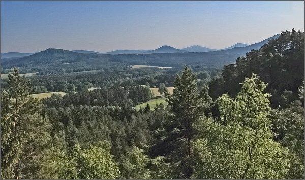 Lužické hory z vyhlídky na Slavíčku. Zprava na horizontu Jezevčí vrch, Hvozd a Zelený vrch. Vlevo Strážný vrch