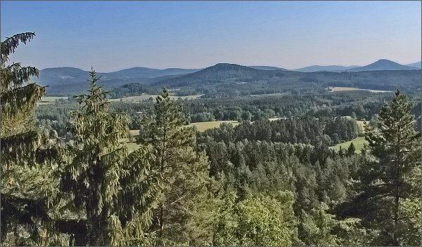 Lužické hory z vyhlídky na Slavíčku. Vpravo Zelený vrch. Uprostřed Strážný vrch