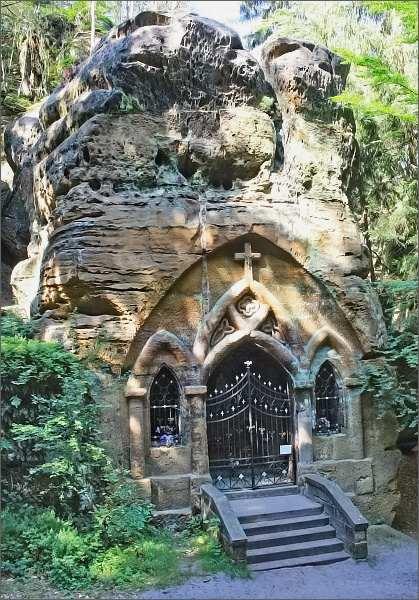 Skalní kaple Panny Marie Lurdské v Modlivém dole