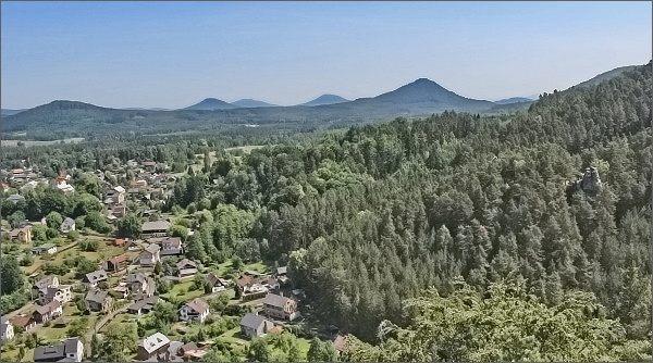 Lužické hory z rozhledny Na Stráži. Uprostřed zprava Ortel, Jezevčí vrch, Hvozd a Zelený vrch