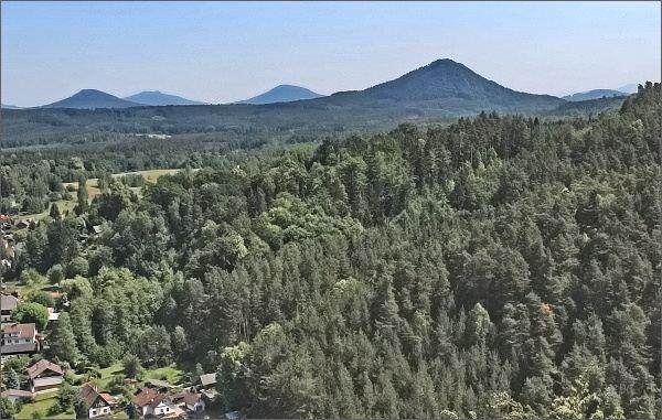 Ortel, Jezevčí vrch, Hvozd a Zelený vrch (zprava) u rozhledny Na Stráži