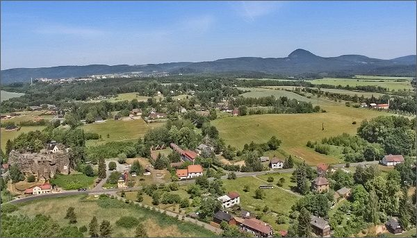 Rozhledna Na Stráži. Pohled k Novému Boru, vpravo Klíč. Vlevo skalní hrad a poustevna