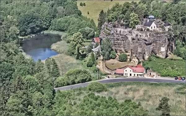Skalní hrad a poustevna z rozhledny Na Stráži