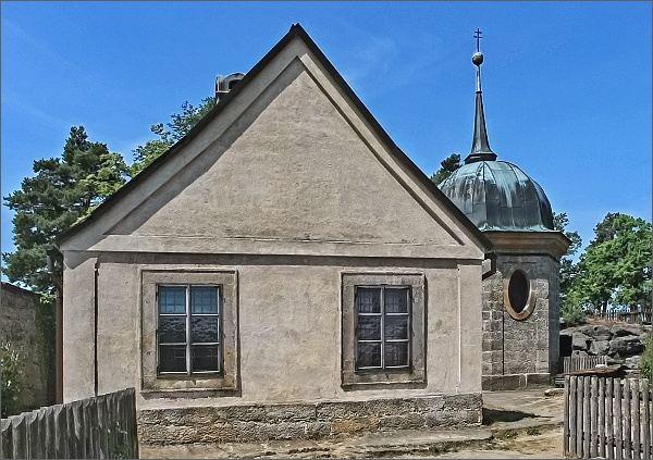 Skalní hrad a poustevna Sloup. Obytný dům a lucerna