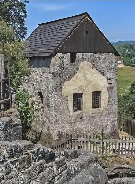 Skalní hrad a poustevna Sloup. Skalní domek