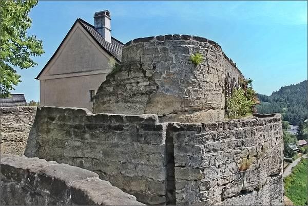 Skalní hrad a poustevna Sloup. Obytný dům a jižní terasy