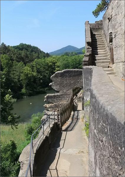 Skalní hrad a poustevna Sloup. Na jižních terasách