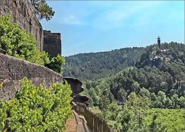 Skalní hrad a poustevna Sloup. Na jižních terasách,rozhledna Na Stráži