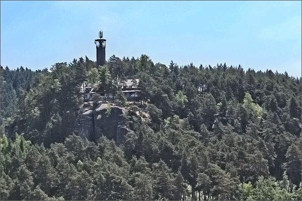 Rozhledna Na Stráži ze skalního hradu a poustevny Sloup