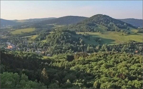 Zámecký vrch a Kamenický Šenov z vyhlídky na Jehle