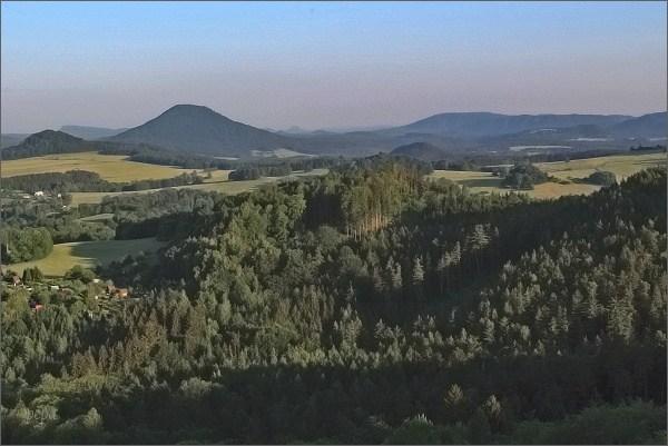 Růžovský vrch z Jehly. Vpravo Stříbrné stěny (Českosaské Švýcarsko)
