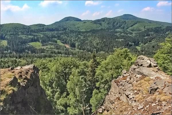 Studenec (vpravo) a Javorek z Chřibského vrchu