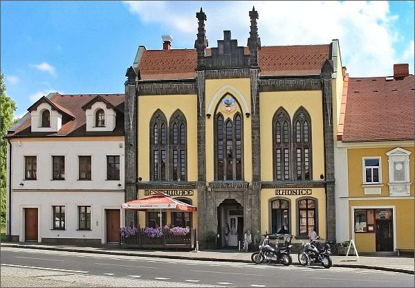 Chřibská. Budova bývalé radnice a rodný dům Thadeuse Haenkeho (vpravo)