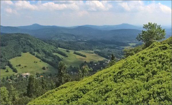 Nejvyšší vrcholy Lužických hor z Klíče. Vlevo Luž, vpravo Hvozd