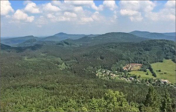 Jedlová (mírně vlevo) a Pěnkavčí vrch (vpravo) z Klíče. V popředí Velký Buk