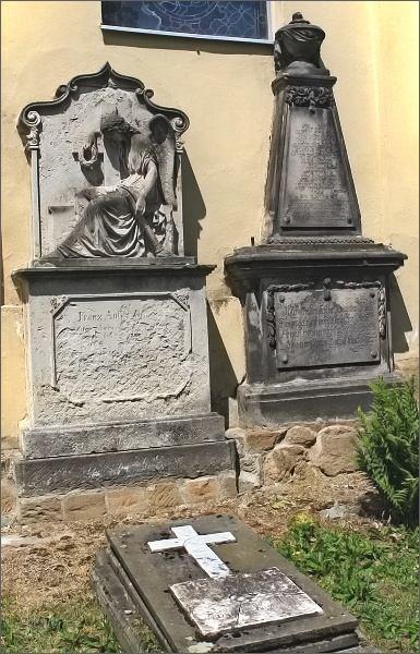 Cenné náhrobky na hřbitově v Polevsku