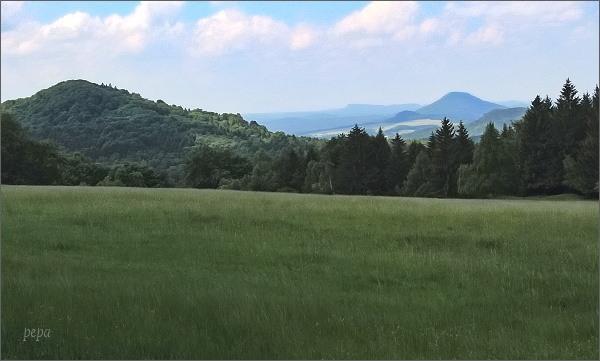 Pohled od vrcholu Klučky k Růžovskému vrchu. Na horizontu Grosser a Kleiner Zschirnstein