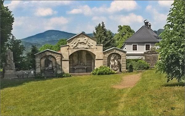 Náhrobky bohatých sklářských rodin na starém hřbitově v Kamenickém Šenově
