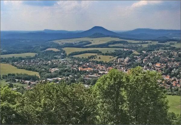 Česká Kamenice ze Zámeckého vrchu. Na horizontu Růžovský vrch