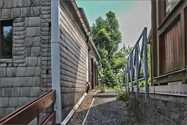 Hain / Krompach - Valy. Dva sousední domy odděluje státní hranice