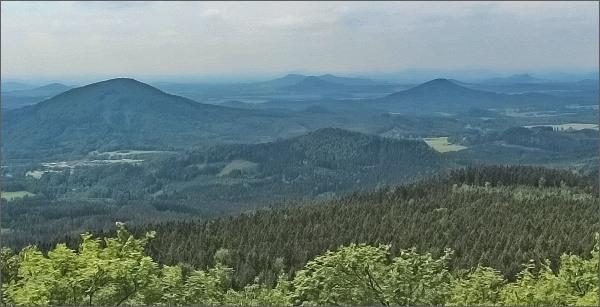 Hvozd, pohled k jihovýchodu. Vlevo Jezevčí vrch, vpravo Ortel