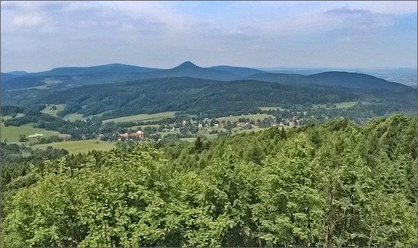 Luž a Pěnkavčí vrch (vlevo) z Hvozdu