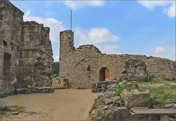 Hrad Oybin. Obytná věž pánů z Lipé. Nejstarší část hradu
