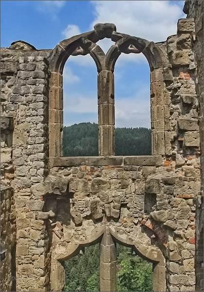 """Hrad Oybin. Gotické """"Knihovní okno"""""""