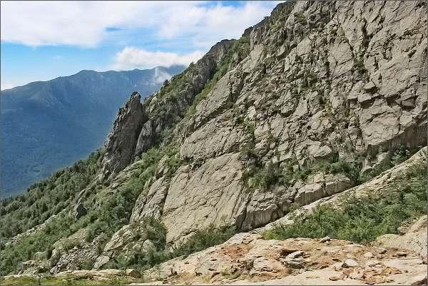 Výstup na Monte d´Oro. Pod západními stěnami štítu