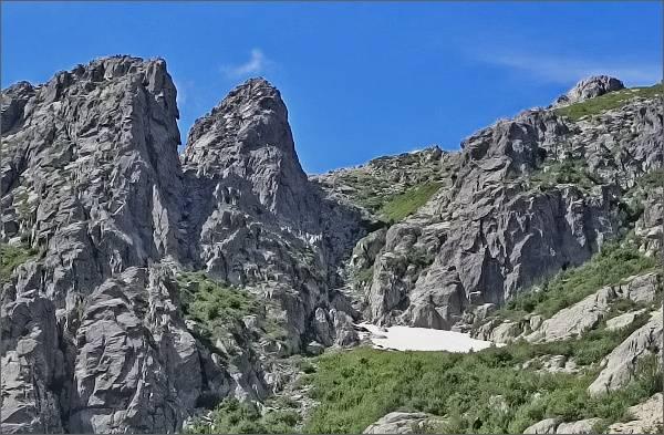Výstup na Monte d´ Oro. Další část výstupu vede žlabem nad sněhovým polem