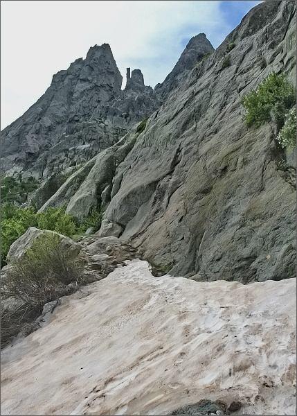 Výstup na Monte d´ Oro. První miniaturní sněhové pole