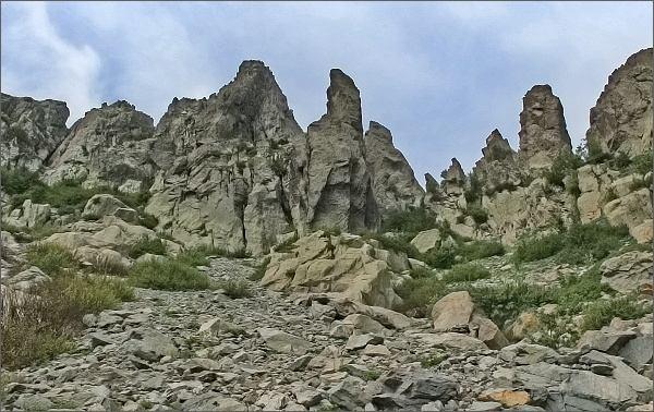 Výstup na Monte d´ Oro. Oblast skalních věží La Scala zpod výstupového žlabu