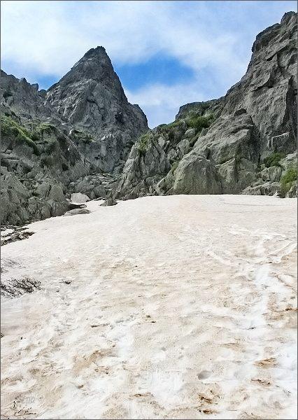 Výstup na Monte d´ Oro. Sněhové pole pod výstupovým žlabem