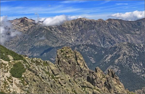 Výstup na Monte d´ Oro. Nad žlabem se otevírají pohledy do tří světových stran