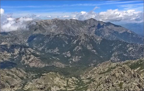 Monte d´ Oro, pohled k severu. Vlevo v mlze Monte Rotondo, vpravo Monte Cardo
