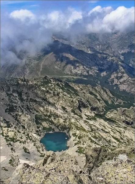Monte d´ Oro. Hluboko pod námi Lac d´ Oro