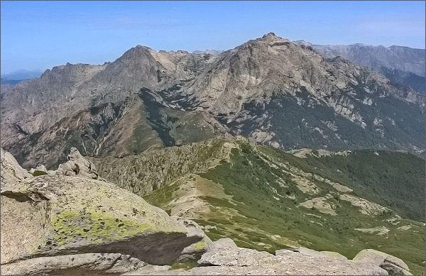 Monte d´Oro a Migliarello z Punta Dell´Oriente. Mezi nimi v dáli Paglia Orba