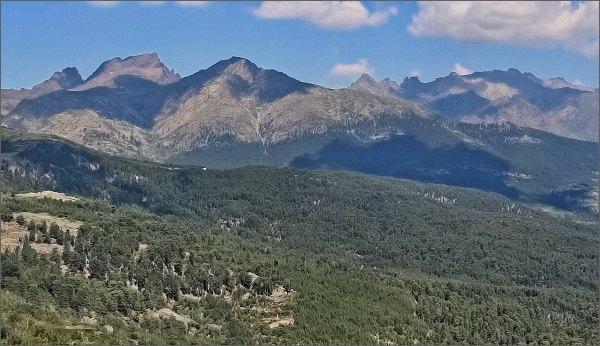Paglia Orba (vlevo) a Monte Cinto (vpravo)