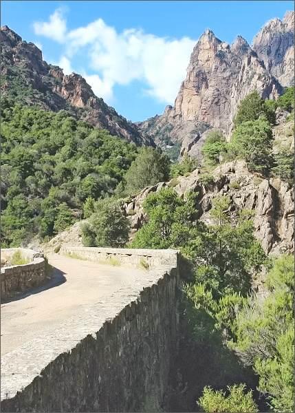 Most nad soutokem řek Gorge de Spelunca a Lunca