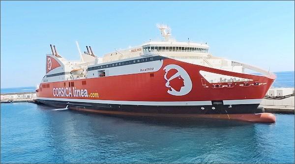Bastia, přístav. Loď Pascal Paoli, pojmenovaná po druhém nejznámějším Korsičanovi