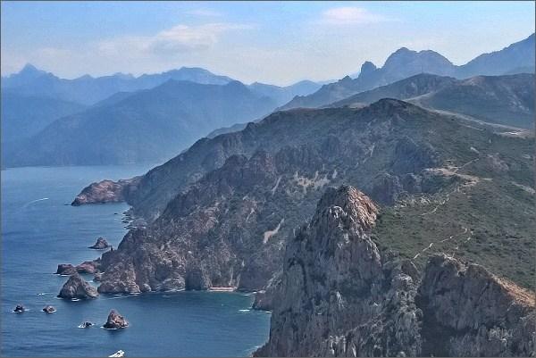 Pohled na východ, do vnitrozemí. Vpravo Capu d´Ortu, vlevo Paglia Orba