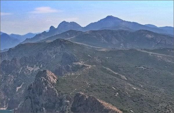 Capu d´Ortu (vlevo od středu fotografie) z Capo Rosso
