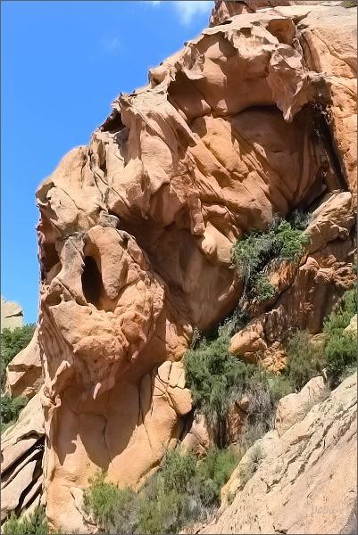 Žlab je lemovaný skalami bizarních tvarů