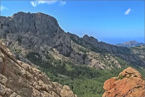 Pohled k jednomu ze sousedních vrcholů