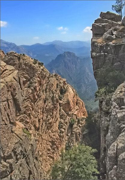 Pohled skalní soutěskou do údolí
