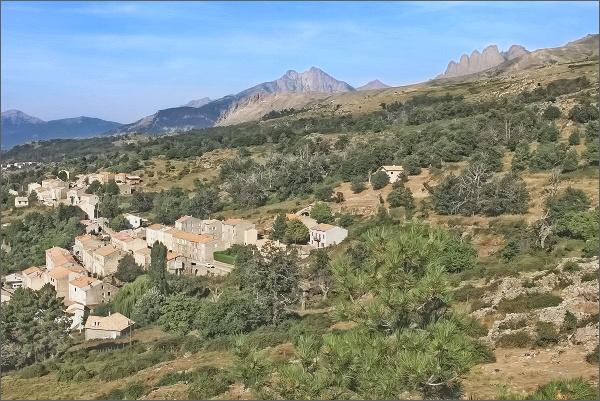 Vesnička Lozzi, vpravo hřeben Cinque Frati, vlevo vrcholy Punta di Tulla a Punta Licciola