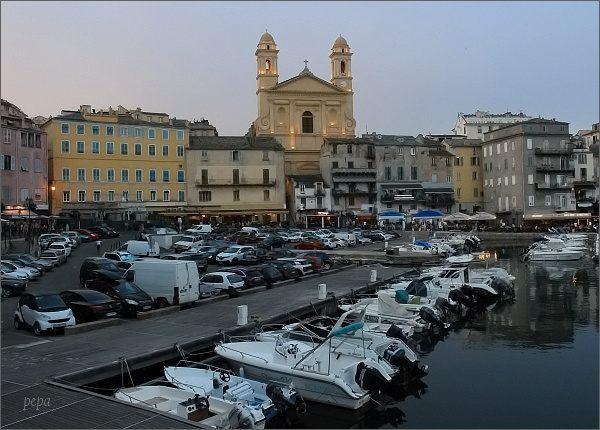 Bastia. Starý přístav a kostel Église St-Jean Baptiste