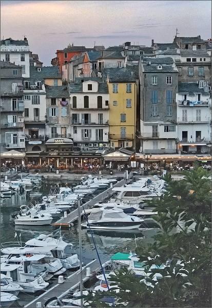 Bastia. Pohled od citadely ke starému přístavu
