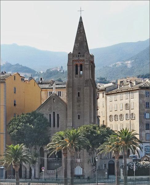 Ještě pohled k Bastii. Kostel Notre-Dame de Lourdes