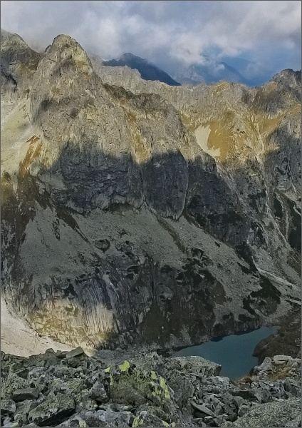 Ťažká dolina a Ťažká veža z Galérie Ganku. Zmrzlé pleso